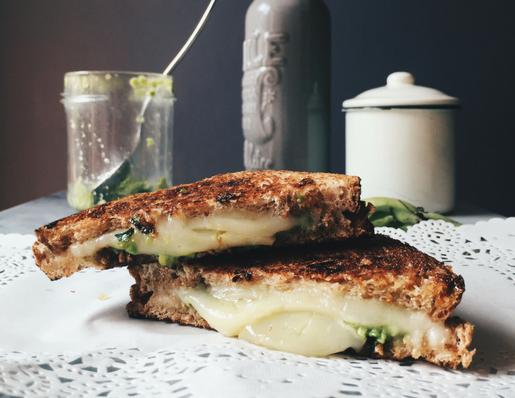 grilled cheese sandwich con fave e pecorino