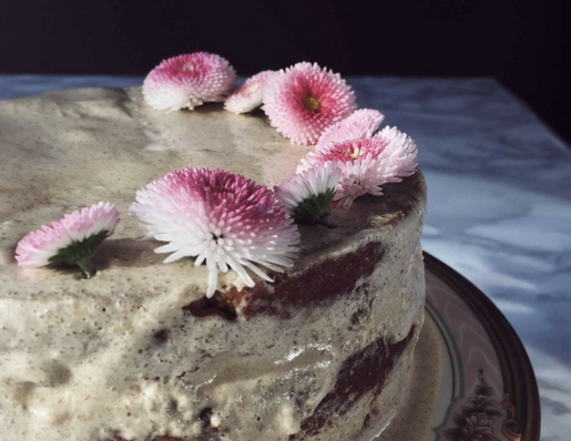 torta di carote con glassa di camomilla e fiori di campo
