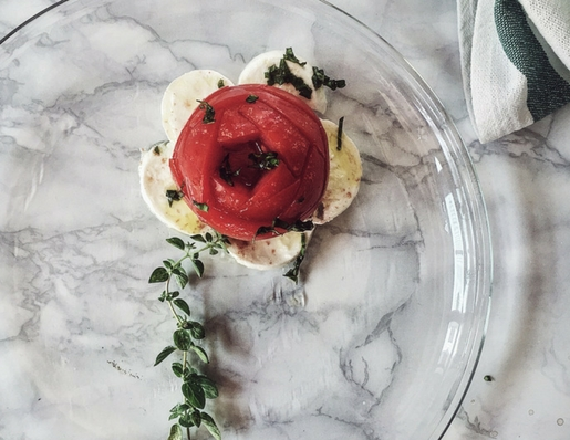 ricette estive gourmet: l'insalata caprese con olio caldo aromatizzato