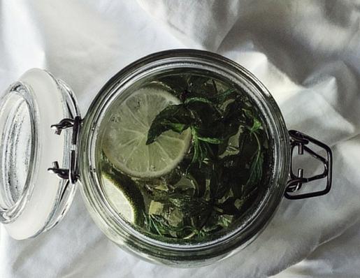 tè alla menta fatto al sole, con zenzero e lime