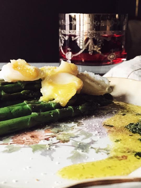 asparagi e uova di quaglia in camicia con emulsione al basilico